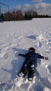 雪ってふかふかってききました。の写真・画像素材[2832929]