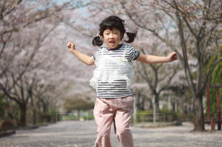 子ども,桜,ジャンプ,コーディネート,コーデ,春コーデ