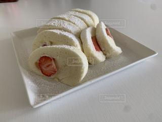 ホットドッグのク白いイチゴのロールケーキの写真・画像素材[3302498]
