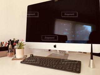 iMacと多肉植物の写真・画像素材[3309234]