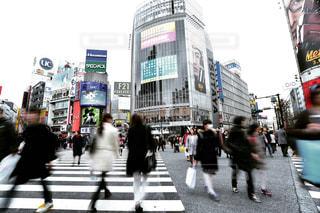街の通りを歩いている人のグループの写真・画像素材[1042625]