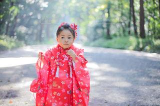 小さな男の子が赤いドレスを着ての写真・画像素材[1042989]