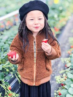 携帯電話で話している帽子を身に着けている女の子の写真・画像素材[1042995]