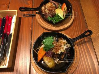 テーブルの上に座って食品のボウルの写真・画像素材[1047577]