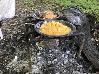 未舗装の道路の上に食べ物のボウルの写真・画像素材[1667243]
