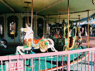 地方の遊園地のファンシーでノスタルジックなメリーゴーランドの写真・画像素材[1039933]