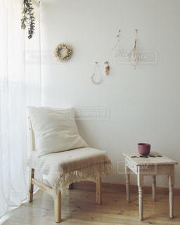 寝室ベッドと部屋の椅子の写真・画像素材[1039238]