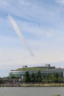飛行機と川と建物との写真・画像素材[1686712]