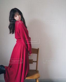 部屋に赤いドレス立ってる人の写真・画像素材[1039787]
