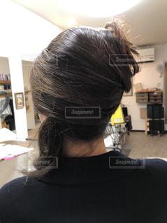 鏡の前に立っている女性 後ろ姿の写真・画像素材[1040472]