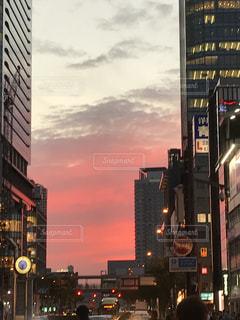 秋,ビル,屋外,夕焼け,夕暮れ,季節,都会,オフィス街,秋空,ビルの隙間,隙間からの空