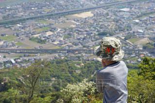 丘の上に立っている人の写真・画像素材[1404952]