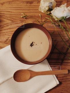 木製テーブルの上のスープの写真・画像素材[1041375]