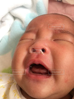近くに赤ちゃんのアップの写真・画像素材[1799849]