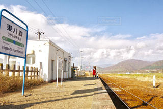 無人駅と線路と親子の写真・画像素材[1041364]