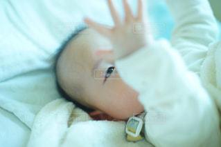 赤ちゃんのベッドの上で横になっています。の写真・画像素材[1040308]