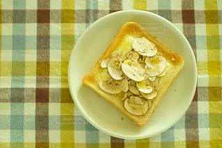 スライスしたマッシュルームのトーストの写真・画像素材[1062889]