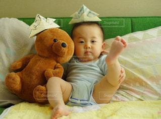 赤ちゃんのベッドの上で横になっています。の写真・画像素材[1171999]