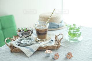 テーブルの上のコーヒー カップの写真・画像素材[1241627]