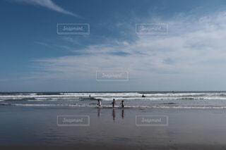 水の体の近くのビーチの人々 のグループの写真・画像素材[1103224]