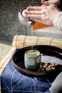 ワインのグラスを持っている手の写真・画像素材[1053820]