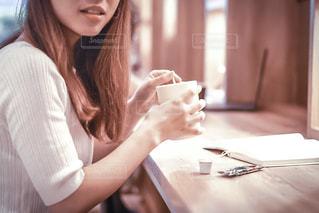 テーブルに座っている女性の写真・画像素材[1283035]