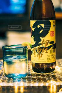 テーブルの上の水のボトルの写真・画像素材[1453138]