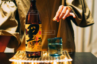 ワインとビール、テーブルの上のガラスのボトルの写真・画像素材[1453139]