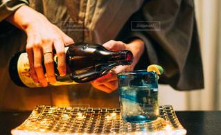 近くのテーブルにビールのグラスを持っている人の写真・画像素材[1453143]