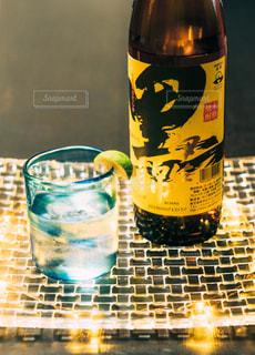 テーブルの上の水のボトルの写真・画像素材[1453145]
