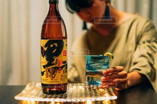 テーブルの上のビールを飲む男の写真・画像素材[1453149]