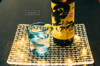 テーブルの上のビールのカップの写真・画像素材[1453150]