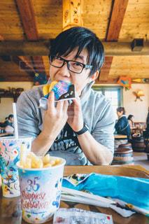 食事のテーブルに座って男の写真・画像素材[1643846]