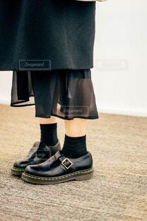 靴の前に立っている人の写真・画像素材[1800082]