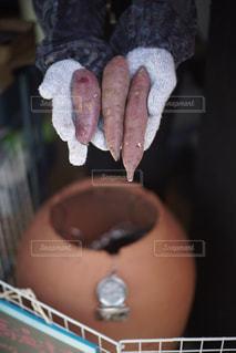 焼かれるお芋の写真・画像素材[1808039]
