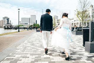 歩道に立っている人の写真・画像素材[1856589]