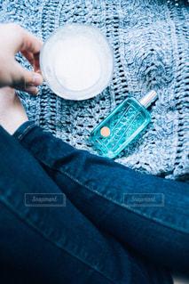 毛布に座る人の写真・画像素材[2099701]