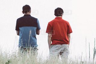 芝生に立っている男の写真・画像素材[2169161]