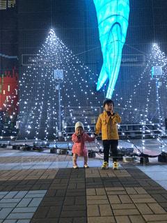 建物の前に立っている少年の写真・画像素材[2813670]