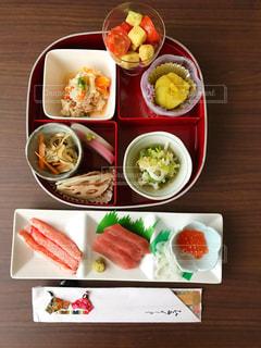 テーブルの上に食べ物のプレートの写真・画像素材[1718887]