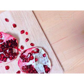 木製のテーブルの上に食べ物を - No.1047541