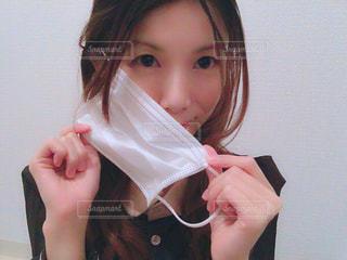 マスクを取る女性の写真・画像素材[1061329]