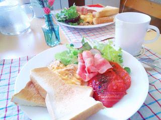 テーブルの上に食べ物のプレートの写真・画像素材[1145651]