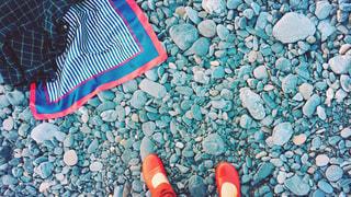 小石だらけの砂浜で足元写真の写真・画像素材[1280120]