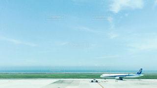 大型の旅客機が滑走路の上に座っています。の写真・画像素材[1319579]