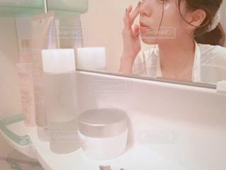 洗面台前でスキンケア中の女性の写真・画像素材[2365369]