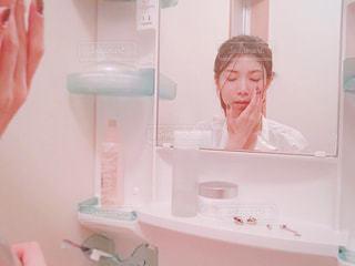 洗面台でスキンケアする女性の写真・画像素材[2365411]