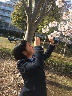 公園でフリスビーを保持している女性の写真・画像素材[1112745]