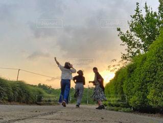 空,夕日,屋外,緑,田舎,オレンジ,走る,美しい,人物,人,青春,茨城,友達