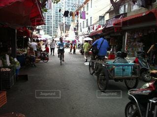 通り都市のオートバイに乗っている人のグループの写真・画像素材[1043906]
